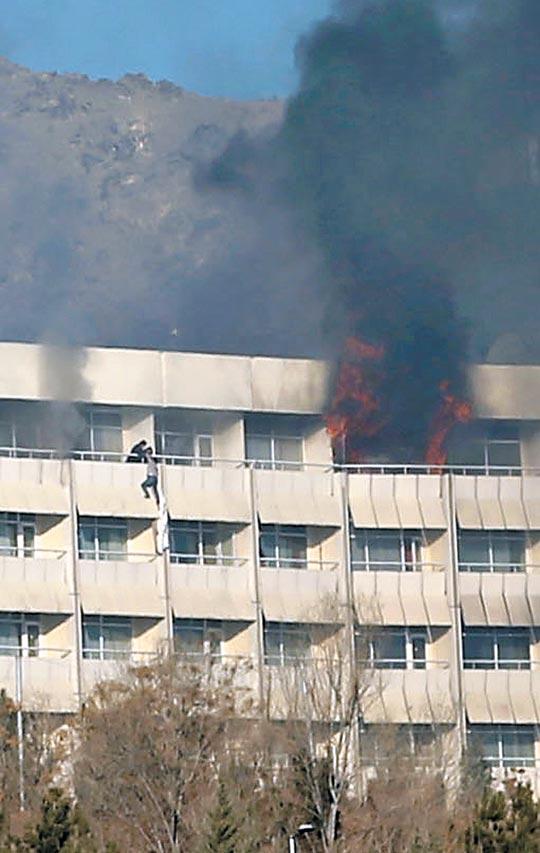 20일(현지 시각) 무장 괴한들이 인질극을 벌인 아프가니스탄 수도 카불의 인터콘티넨털 호텔의 창문에서 검은 연기가 피어 오르고 있다.
