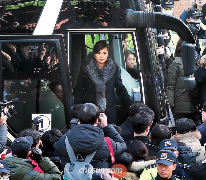북한예술단 사전점검단을 이끌고 21일 방남한 현송월 삼지연관현악단 단장이 서울역에서 강릉행 KTX 열차에 탑승하기 위해 버스에서 내리고 있다.