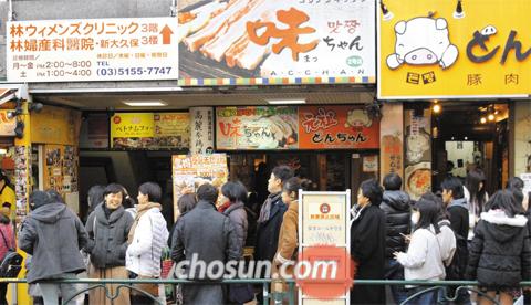 2018년 도쿄 - 지난 20일 일본 도쿄 신주쿠구에 있는 코리아타운 신오쿠보에서 일본인이 한국 식당에 들어가기 위해 길게 줄을 서 있다.