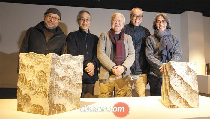 분청 작가 김상기·김문호·변승훈·이형석(왼쪽부터)이 윤광조(가운데)의 작품 '산동(山動)' 뒤에 섰다.