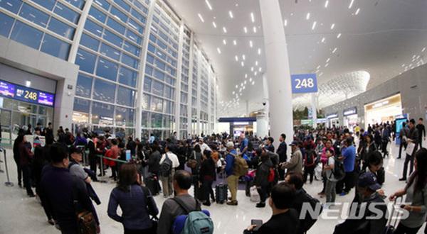인천국제공항 제2여객터미널이 개항된 18일 오전 인천국제공항 제2여객터미널 탑승구 앞에서 승객들이 첫 출발 항공편인 대한항공(KE621,필리핀 마닐라) 여객기 탑승을 기다리고 있다.