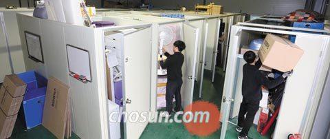 지난 22일 경기도 구리시에 있는 1인 가구 짐 보관 업체 아이엠박스의 물류센터에서 직원들이 고객이 맡긴 짐을 정리하고 있다.