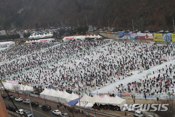 얼음나라 화천 산천어축제가 열린 20일 강원 화천 축제장에서  이른 아침부터 구름인파가 몰려 인산인해를 이루고 있다.