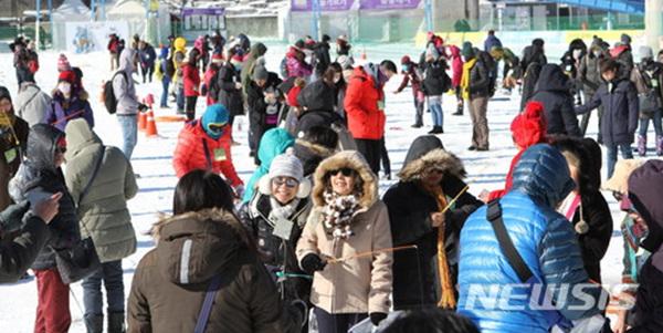 강원 북부지역에 한파경보가 발령된 23일 오후 화천군 화천읍 일원에서 열린 2018 화천산천어축제를 찾은 외국인 관광객들이 얼음낚시를 즐기고 있다.