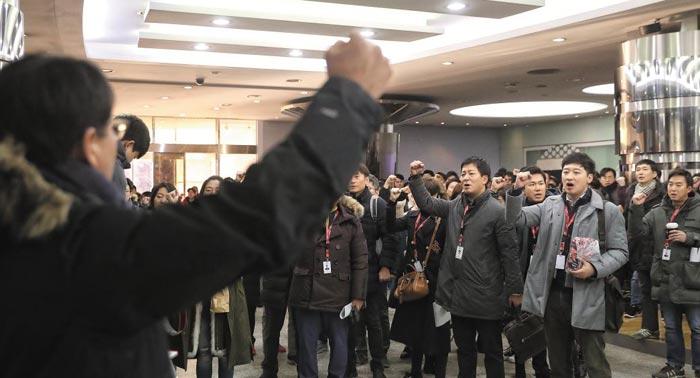 141일간의 파업을 마치고 업무에 복귀하는 전국언론노동조합 KBS본부 조합원들이 24일 오전 여의도 KBS 사옥 로비에서 구호를 외치고 있다.