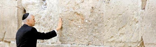 중동 순방 중인 마이크 펜스 미국 부통령이 23일 이스라엘 예루살렘의 유대교 성지인'통곡의 벽'을 찾아 기도하고 있다.