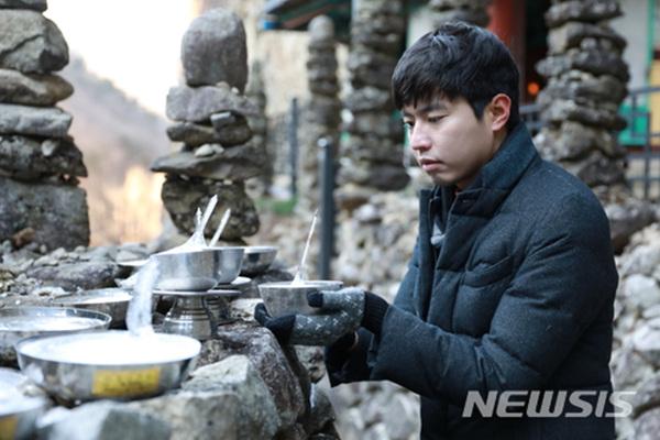 24일 전북 진안군 마이산 도립공원 내 탑사에 놓아둔 정화수 그릇에 고드름이 하늘을 향해 열리는 '역고드름'이 솟아 있다.