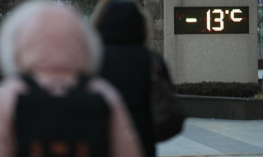 전국에 '최강 한파'가 엄습한 25일, 서울 성동구의 한 건물 앞 전광판에 현재 온도가 표시돼 있다. /연합뉴스