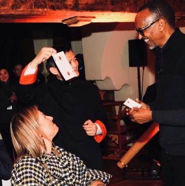 마윈 알리바바 회장이 23일 다보스포럼에 참석한 폴 카가메 르완다 대통령을 상대로 카드 마술쇼를 선보였다고 신랑재경 등이 전했다. /신랑재경