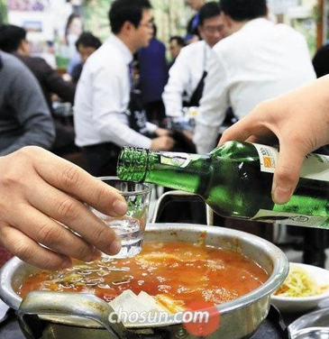 [최저임금쇼크]⑤ '맥주 9천원, 소주 6천원'...술값 올리고 알바 줄이는 음식점들