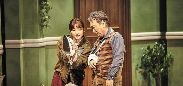 연극 '앙리 할아버지와 나'는 관록과 젊음, 무대 위 웃음과 눈물의 황금 조합을 보여준다. 앙리 역의 이순재와 콘스탄스 역의 박소담.