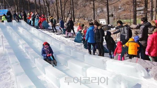 얼음미끄럼틀에서 신나게 겨울을 즐기는 관광객들