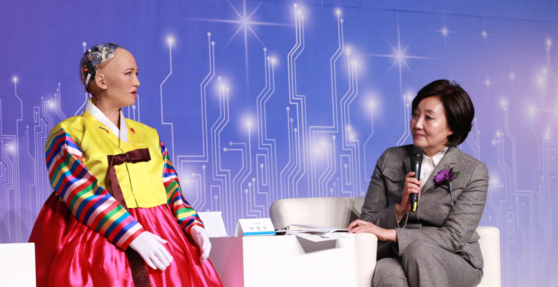 AI 로봇 소피아(왼쪽)와 박영선 더불어민주당 의원이 30일 열린 '4차 산업혁명, 로봇 소피아에게 묻다' 컨퍼런스에서 대담을 나누고 있다. /박영선 의원실 제공