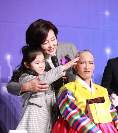 컨퍼런스 최연소 참가자가 소피아의 피부를 만져보고 있다. /박영선 의원실 제공