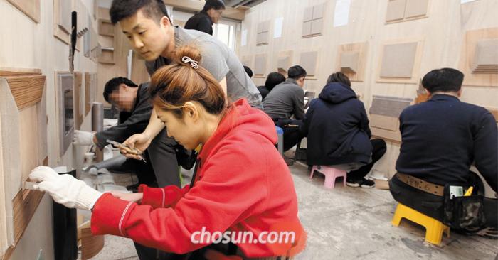 인테리어 필름 시공 이렇게…  - 지난 14일 서울 한 인테리어 기술학원에서 강사가 수강생에게 인테리어 필름 시공법을 가르치고 있다. 집을 직접 꾸미기 위해 배우는 이들도 있지만, 평생 직업이라며 주말에 학원에 나오는 20·30대 직장인이 많다.