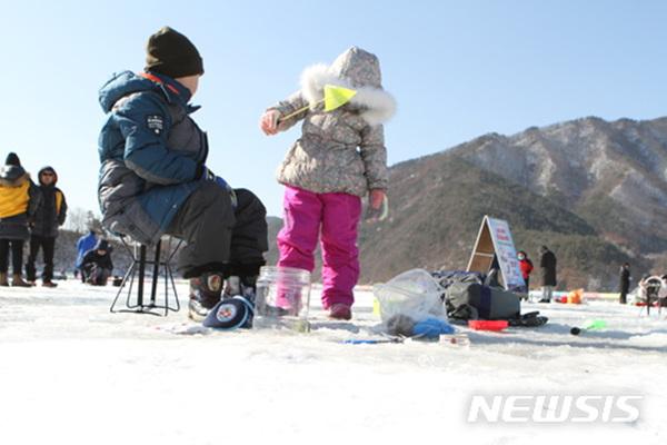 강원 인제빙어축제 개막 사흘째인 29일 오후 인제군 남면 부평리 빙어호 축제장을 찾은 어린이가 빙어를 낚으며 겨울 낭만을 즐기고 있다.