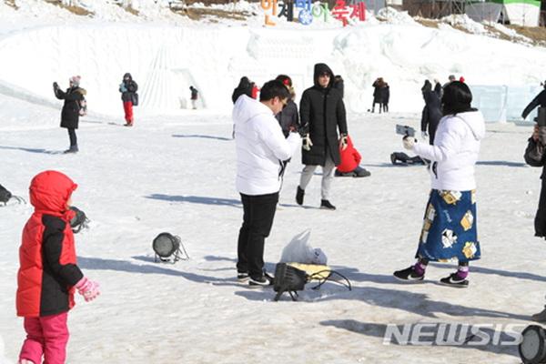 강원 인제빙어축제 개막 사흘째인 29일 오후 인제군 남면 부평리 빙어호 축제장을 찾은 관광객들이 빙어를 낚으며 겨울 낭만을 즐기고 있다.