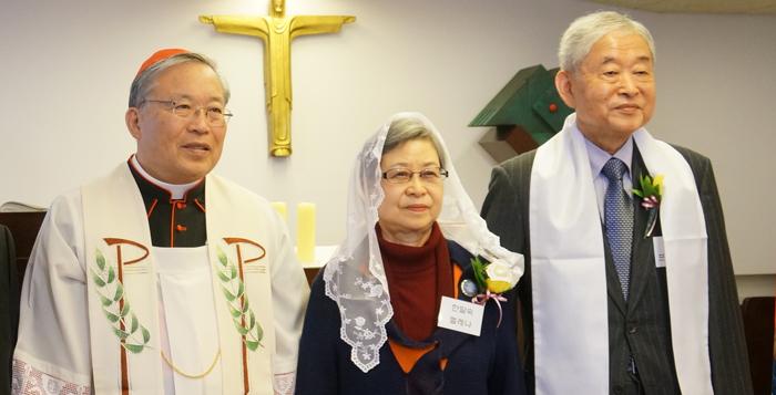 2015년 3월 23일 세례를 받은 황병기·한말숙 부부와 세례 성사를 집전한 염수정 추기경.