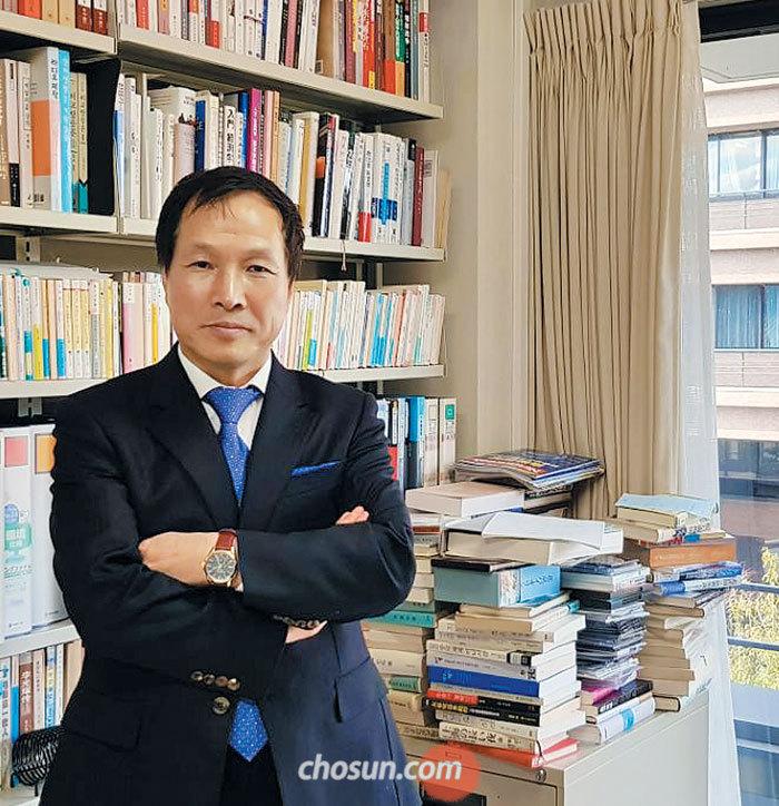 """일본 국적을 얻은 이유를 묻자 리소테츠 교수가 웃었다. """"나는 한국도 100%, 중국도 100%, 일본도 100%다. 연구자로선 가장 좋은 위치 아닐까."""""""
