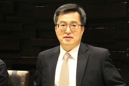 김동연 경제 부총리는 1일 베이징 특파원 간담회에서 블록체인이 세상을 바꿀 수 있다고 말했다. /베이징=오광진 특파원