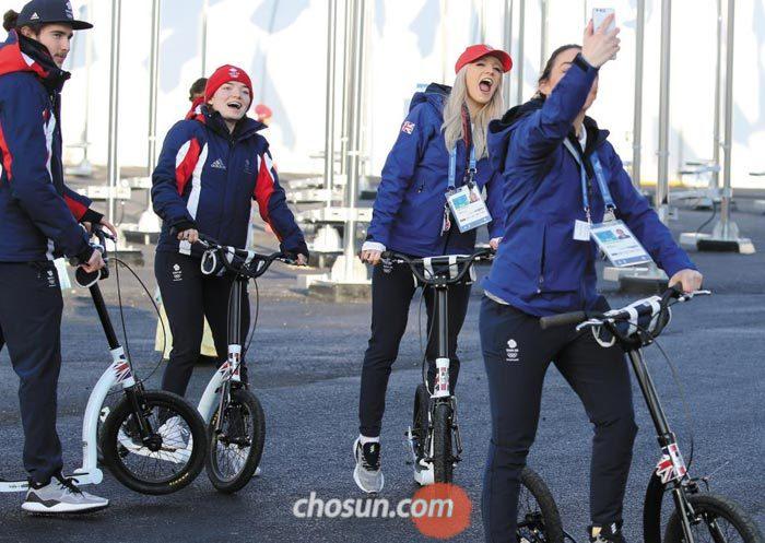 평창 동계올림픽에 참가하는 영국 선수들이 1일 강릉 선수촌을 돌아보던 중 스마트폰으로 사진을 찍고 있다.