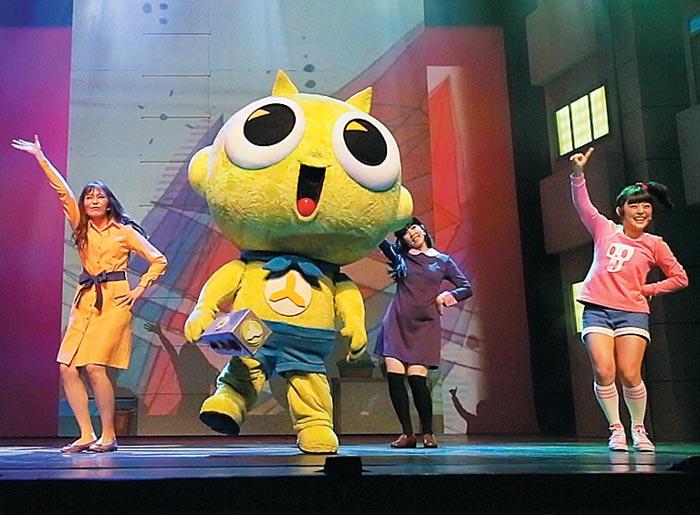 만화영화 주인공들이 무대 위에서 춤추고 노래하면 아이들도 덩달아 신이 난다.