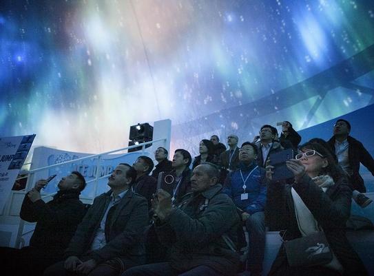 ITU 통신 전문가들이 3일 SK텔레콤이 설치한 ICT 이글루를 방문해 무(無)안경 가상현실(VR) 기술로 오로라를 체험하고 있다. / SK텔레콤 제공