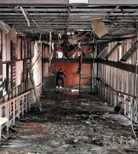 3일 불이 난 서울 서대문구 신촌세브란스병원 본관 3층 푸드코트에 늘어진 전선과 잔해가 엉켜 있다.