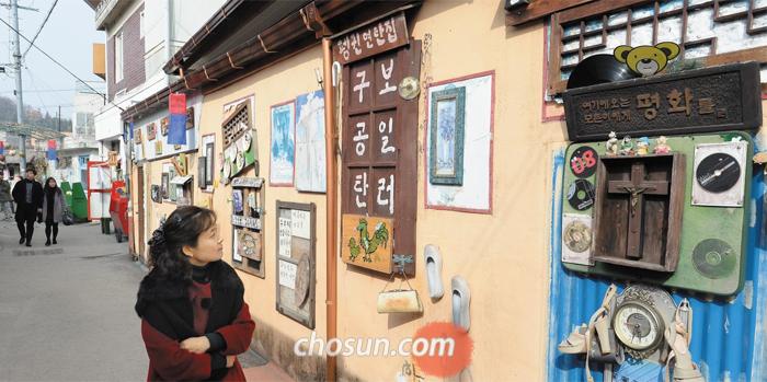 오래된 소품으로 마을을 꾸며 관광객들의 발길이 이어지는 광주광역시 남구 양림동 펭귄마을. 지난해 30만명이 다녀갔다.