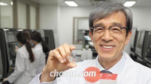 지난달 30일 서울 방이동 씨젠 본사 연구실에서 천종윤 대표가 최대 28종의 병원체 DNA를 한 번에 검사할 수 있는 시약을 들어 보이고 있다.