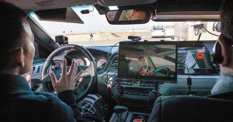 5일 경기도 화성시에 있는 자율 주행 실험 단지에서 SK텔레콤의 5G(5세대 이동통신)를 활용한 자율 주행차가 달리고 있다.