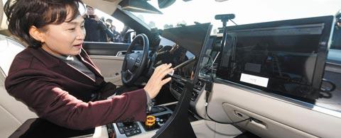 자율주행차 운전석에 앉은 김현미 장관