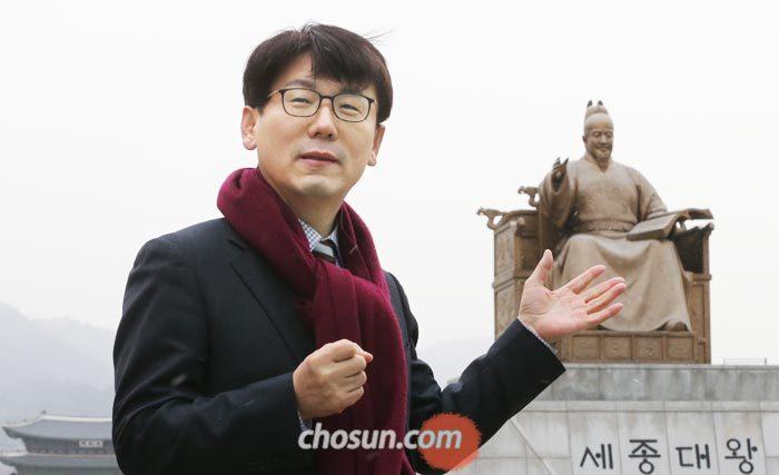 """광화문 세종대왕 동상 앞에 선 박현모 여주대 교수는""""세종의 포용 리더십으로 이념과 진영으로 분열된 사회를 한데 묶는 계기를 마련해야 한다""""고 했다."""