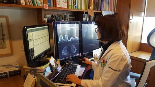 5일 오후 서울 서초구 강남대로 휴먼영상의학센터에서 유방·뇌신경계 영상의학과 전문의인 이재희 원장이 한 환자의 유방 MRI 촬영 영상을 판독하고 있다. / 허지윤 기자