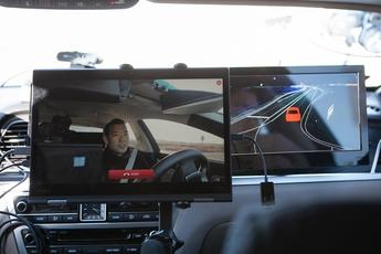 SK텔레콤이 선보인 5G 자율주행차. 왼쪽에는 5G 화상통신 화면이 보이고 오른쪽에는 HD맵이 보인다. / SK텔레콤 제공
