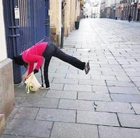 5일(현지 시각) 프랑스 북서부 렌시(市)의 공식 인스타그램 계정에 올라와 있는 플로깅을 하며 쓰레기를 줍는 여성 사진.
