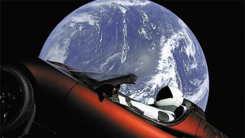 전기車가 우주로 날아갔다 - 실리콘밸리 최고의 혁신가로 꼽히는 일론 머스크가 화성 이주 프로젝트의 첫 삽을 떴다. 머스크가 운영하는 스페이스X는 7일(한국 시각) 화성 탐사용으로 제작한 초대형 로켓 '팰컨헤비'의 시험 발사를 성공적으로 마쳤다. 사진은 로켓 상단에 실린 머스크의 전기차 '로드스터'를 비디오 카메라로 촬영해 캡처한 모습. 운전석에는 우주복을 입은 마네킹이 앉아 있다.