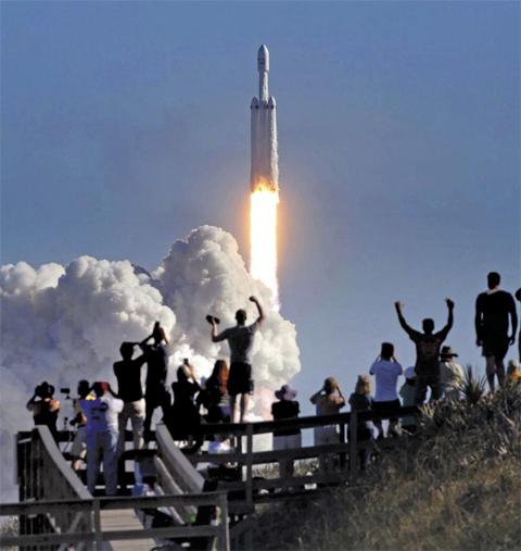 7일(한국 시각) 미국 플로리다주 케네디 우주센터에서 스페이스X의 우주 로켓 '팰컨 헤비'가 강한 화염을 내뿜으며 우주를 향해 날아가고 있다. 사람을 화성에 보내기 위해 개발한 팰컨 헤비는 아폴로 달 탐사 이후 가장 큰 규모의 로켓으로 주목을 받았다.