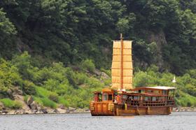 삼국시대부터 6·25전쟁까지 역사의 굴곡을 따라 수많은 사연을 품은 임진강 일대를 둘러볼 수 있는 황포돛배. 예부터 임진강 일대를 지나다니던 배를 본떠 만들었다.