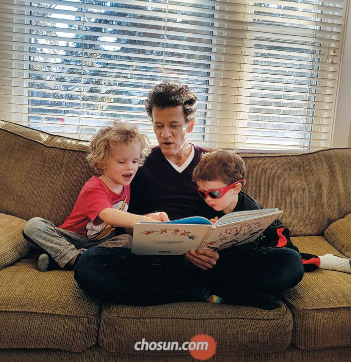 네 살·두 살 아들에게 책을 읽어주는 소설가 아빠 얀 마텔.