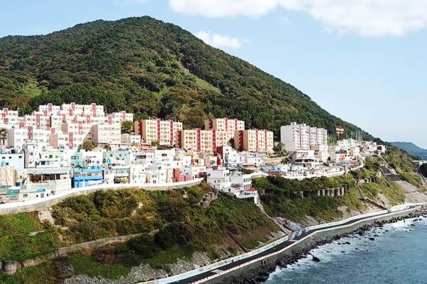 흰여울문화마을을 관광 중인 여행객의 모습.