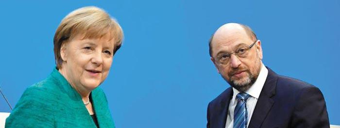7일(현지 시각) 독일 수도 베를린에서 앙겔라 메르켈(왼쪽) 독일 총리와 마르틴 슐츠 중도좌파 사민당 대표가 대연정 합의에 대한 기자회견을 마친 뒤 연단을 내려오고 있다.