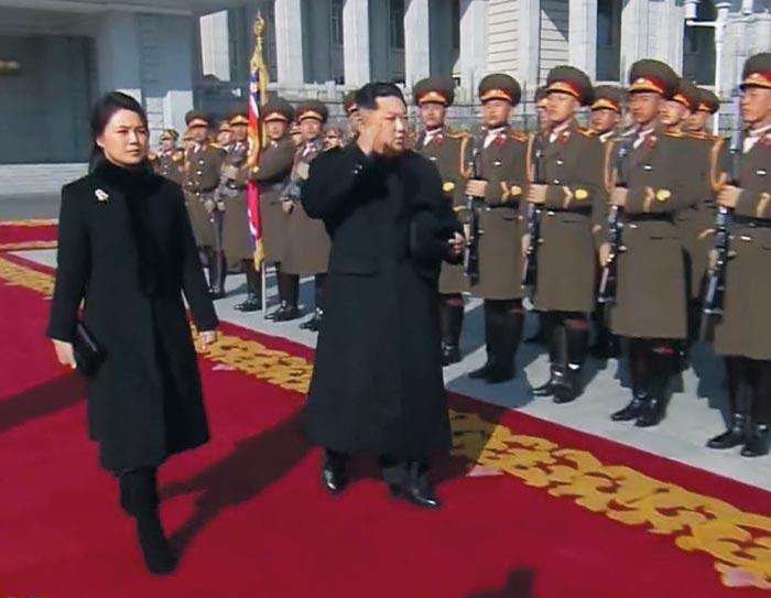 김정은 북한 노동당 위원장이 8일 오전 열병식에 앞서 부인 리설주와 함께 명예위병대(의장대)를 사열하고 있다.