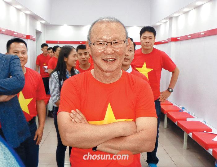 베트남에 최초의 축구 국제대회 준우승을 안겨준 박항서 감독이 지난 4일 베트남 호찌민시 통낫경기장의 VIP 대기실에서 베트남 국기인 금성홍기 티셔츠를 입고 팔짱을 꼈다. 대기실 밖에는 3만명에 가까운 베트남 국민이 박 감독과 선수들을 보려고 기다리고 있었다.