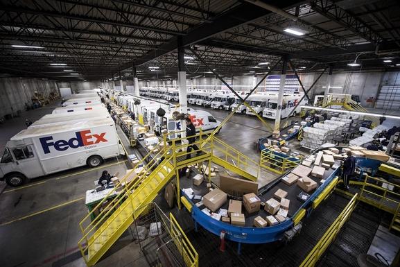 미국 일리노이주 시카고의 페덱스 물류센터. 아마존의 택배 사업 진출 소식에 페덱스 등 글로벌 물류회사 주가가 폭락했다./사진=블룸버그