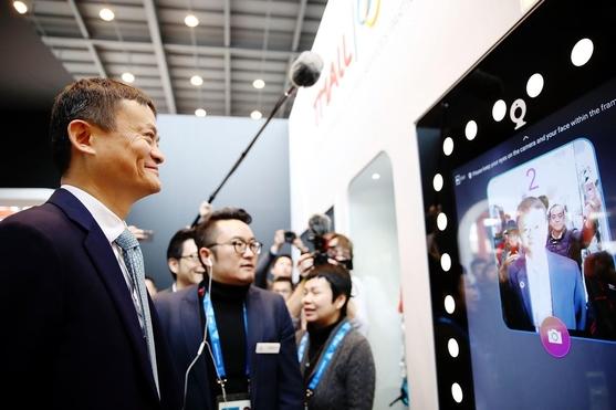마윈 알리바바 그룹 회장이 강릉 올림픽파크에 직접 방문해 홍보관에서 티몰 서비스를 시연하고 있다. /알리바바 그룹 제공