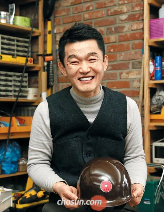 11일 서울 망원동 작업실에서 목진요 감독이 자신의 작업모를 들고 웃었다.