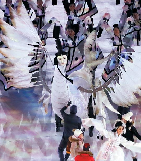 9일 열린 평창올림픽 개회식에 나타난 사람 얼굴을 한 새'인면조'.