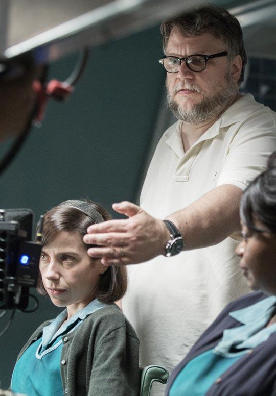 영화'셰이프 오브 워터'촬영장에서 배우 샐리 호킨스(왼쪽)·옥타비아 스펜서(오른쪽)와 이야기하는 기예르모 델 토로(가운데) 감독.