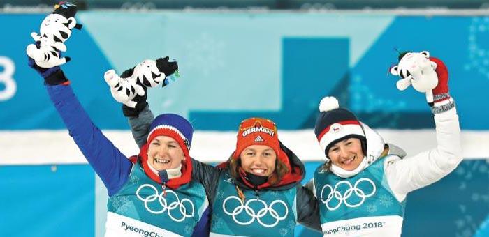 10일 바이애슬론 여자 7.5㎞ 스프린트 경기에서 1위를 한 로라 달마이어(독일·가운데)와 2위 마르테 올스부(노르웨이·왼쪽), 3위 베로니카 비트코바(체코·오른쪽)가 시상품인 수호랑 인형을 들고 인사하고 있다.